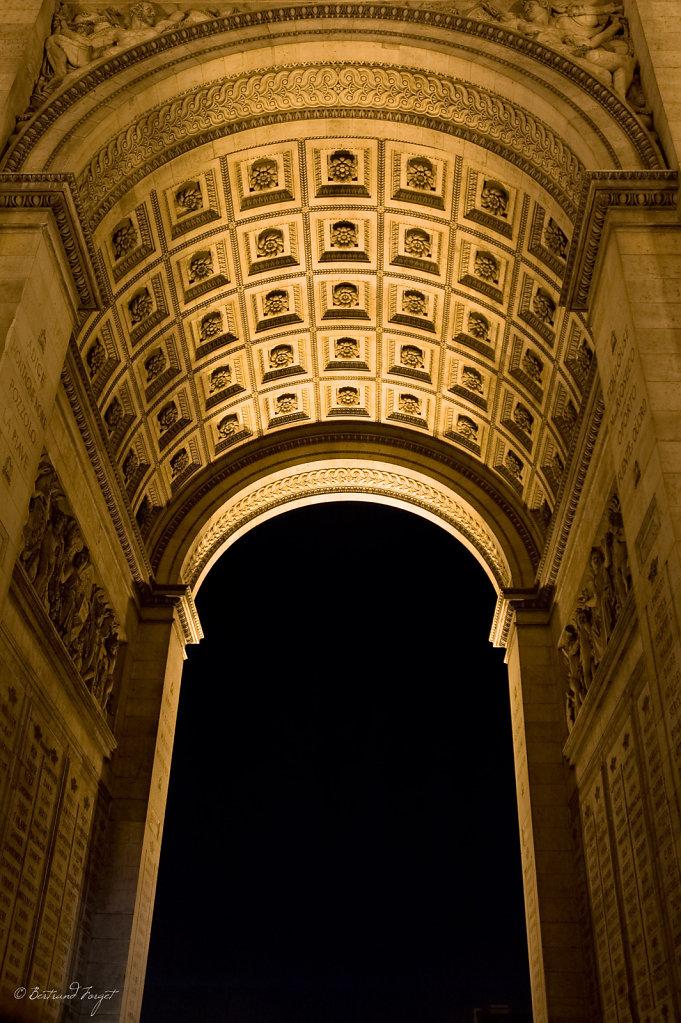 Sous La Voûte De L'arc De Triomphe