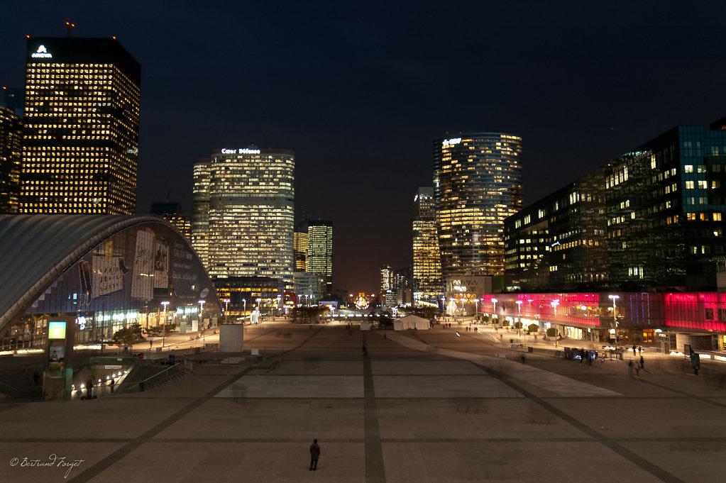 photos-paris-parvis-defense-nuit.jpg