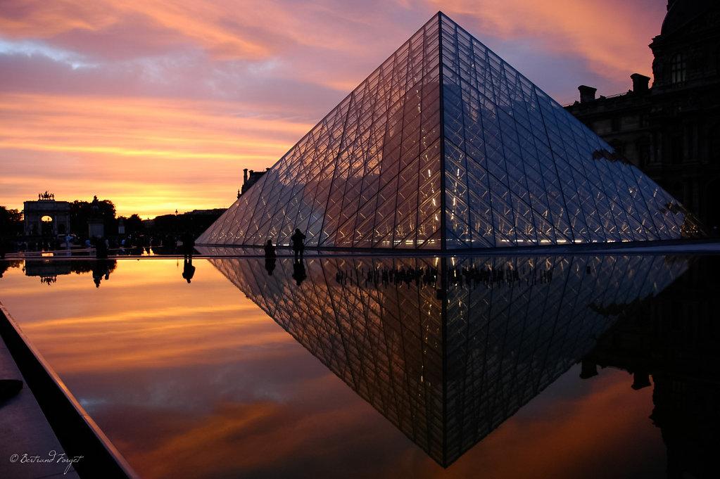Couché de soleil sur la pyramide du Louvre