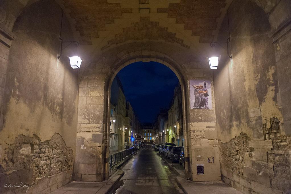 photo de la rue de birague de nuit