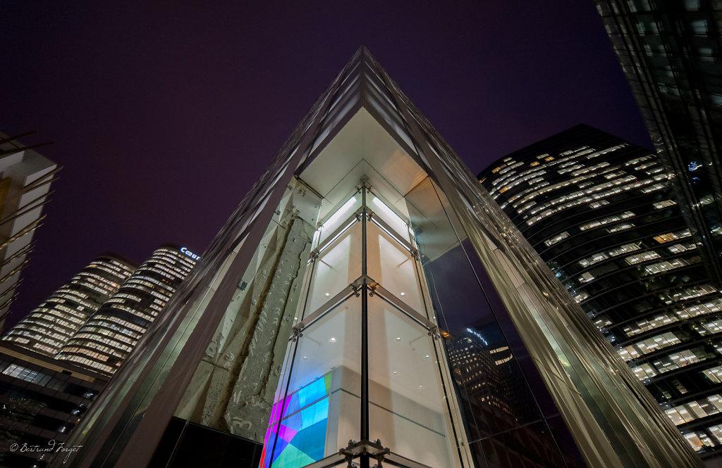 Photo de nuit de la tour chartis à la défense